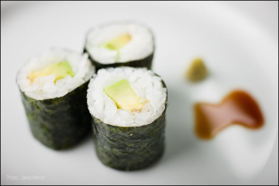 japonska hrana-sushi-maki z avokadom