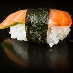 japonski catering-sushi-Nigiri - losos, avokado, alge