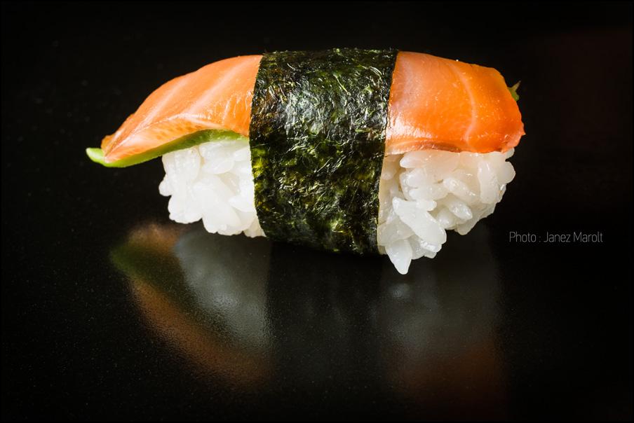 japonska hrana-sushi-Nigiri - losos, avokado, alge