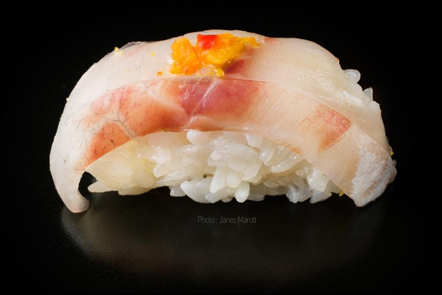 japonska hrana-sushi-Nigiri z brancinom in olupkom pomaranče