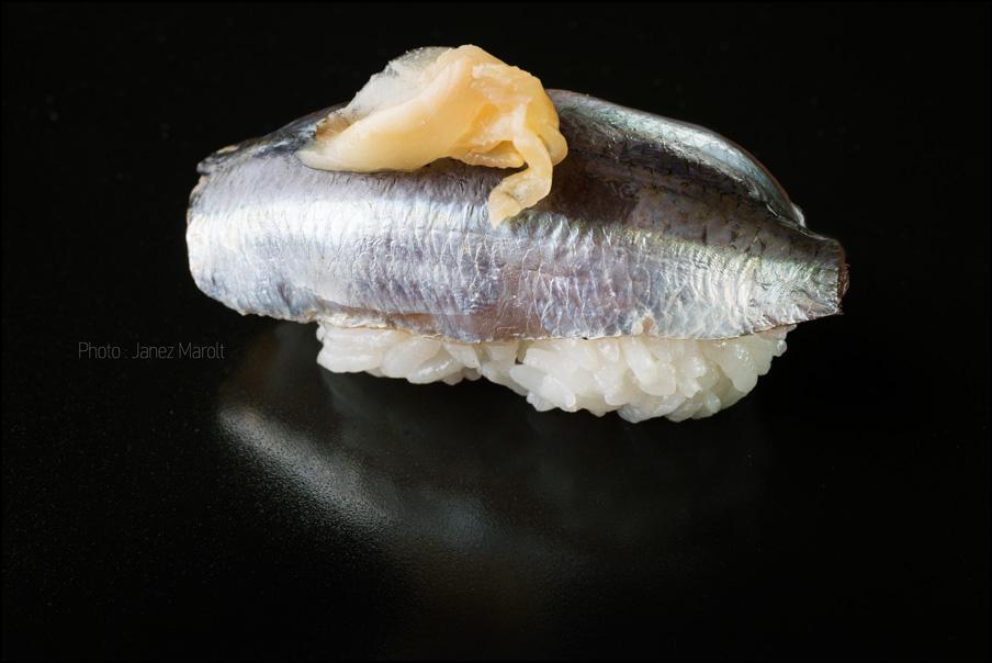 japonska hrana-sushi-Nigiri s sardelo in ingverjem